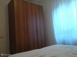 slaapkamer met kledingkast en raam