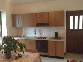 keukenhoek met oven en koffiezetter