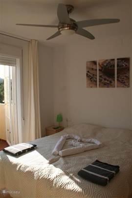 Alle slaapkamers hebben een plafondventilator die u verkoeling zal bieden. De slaapkamer op de eerste verdieping heeft ook een eigen balkon.