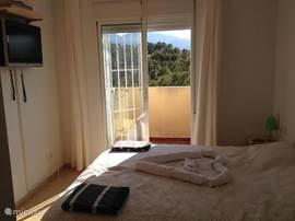 Slaapkamer met balkon met een schitterend uitzicht over het dal van de Rio Verde en bovendien een eigen TV (Nederlandstalige zenders) en dvd-speler.