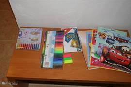 Een kinderhoekje voor de kleintjes om te spelen en te kleuren.