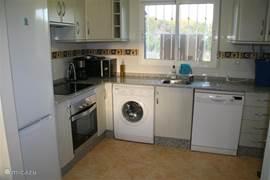 De keuken is ruim en lux. Werkelijk alle gemakken zijn aanwezig, waaronder een koel-vriescombinatie, vaatwasser, wasmachine, oven, magnetron, mixer en zelfs een broodbak- en ijsmachine. Uiteraard is de keuken ook goed uitgerust met kookgerei, bestek, servies en glazen.