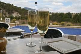 Een verfrissend glas cava met een prachtig uitzicht op het dal van de Rio Verde