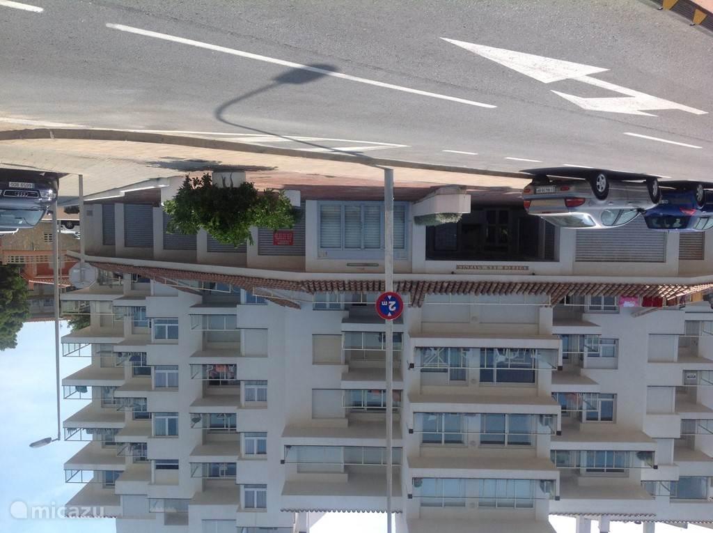Het appartement gezien vanaf de zeekant. Het complex bevat 45 appartementen. Ons appartement is op de eerste etage, boven de dakpannen. Vanaf het grote terras van bijna 30 m2 kijkt u uit over de prachtige baai van Rosas hetgeen natuurlijk genieten is.