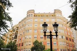 Vooraanzicht van het gebouw, appartement bevindt zich op de bovenste verdieping