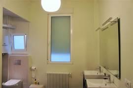 Ruime badkamer met douche, wc, bidet en dubbele wastafel