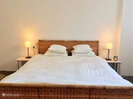 Comfortabele ruime slaapkamer met tweepersoons bed