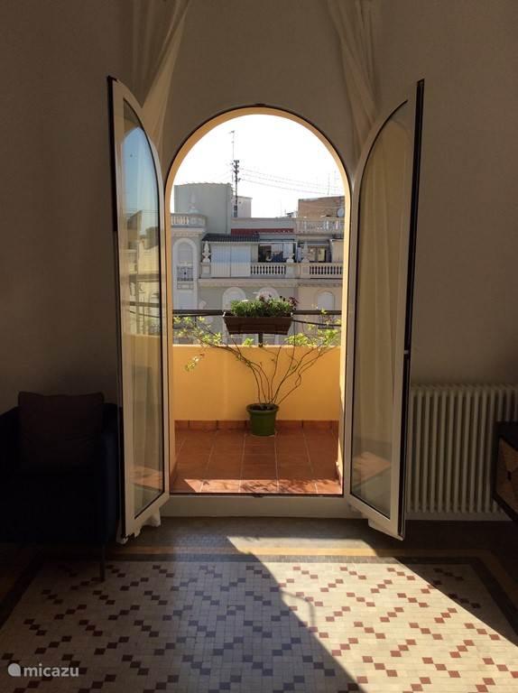 Openslaande deuren naar breed balkon