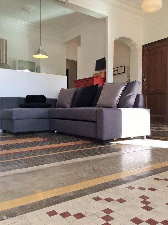 Ruime hoekbank in de woonkamer, kan gemakkelijk omgebouwd worden tot comfortabel extra tweepersoonsbed