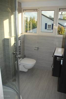 Badkamer boven met douche, wc, kast en wastafel