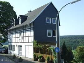 Het vrijstaande huis met gezellig erf en een fantastisch uitzicht.