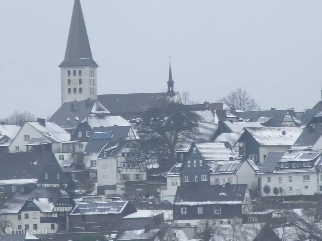 Hirschberg in de sneeuw, ons huis staat in het midden van de foto, links van de boom