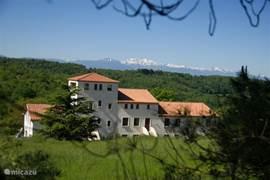 De prachtige ligging van de huizen, met zicht op de Pyreneeën