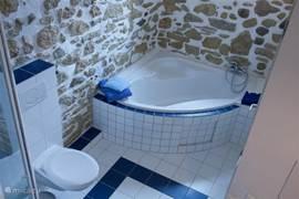 Een badkamer met een speciale sfeer