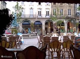 Meerdere terrasjes vind je rond het marktplein van Limoux (waar elke vrijdagochten markt wordt gehouden)