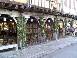 Het vlakbij geleen middeleeuwse stadje Mirepoix biedt ook veel terrasjes en goede restaurants.