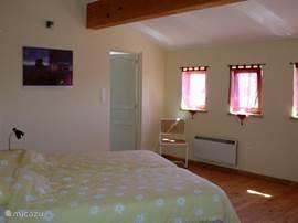 Een van de vier slaapkamers met badkamer en suite