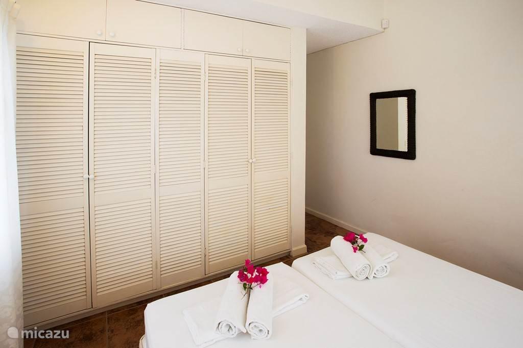 Twee persoons-slaapkamer op de begane grond. Deze slaapkamer is airconditioned en heeft een eigen badkamer.