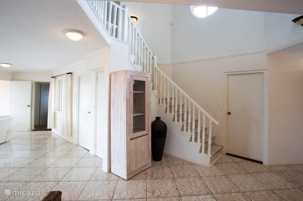 Trap naar de eerste verdieping waar 3 2-persoons slaapkamers zijn.