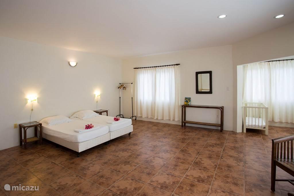 Master bedroom met airconditioning en prive badkamer.