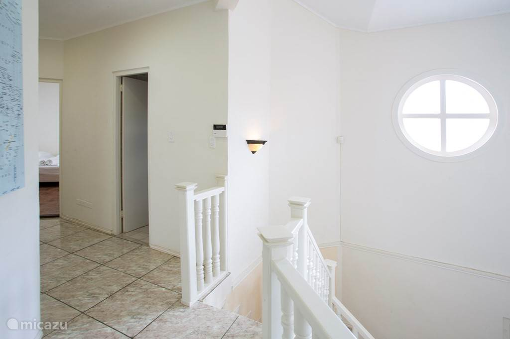 Bovenaan de trap naar rechts, waar 2 slaapkamers en 1 badkamer zijn.