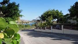 Voor Curavilla ligt de weg naar het haventje van Jan Sofat.