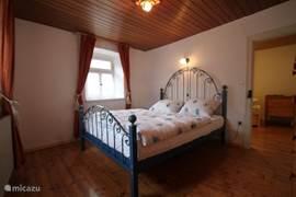 2-persoons slaapkamer met originele houten parketvloer.