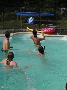 Zwembad van 8x4 biedt ruimte voor een gezellig balspel, een baantje trekken of heerlijk dobberen...