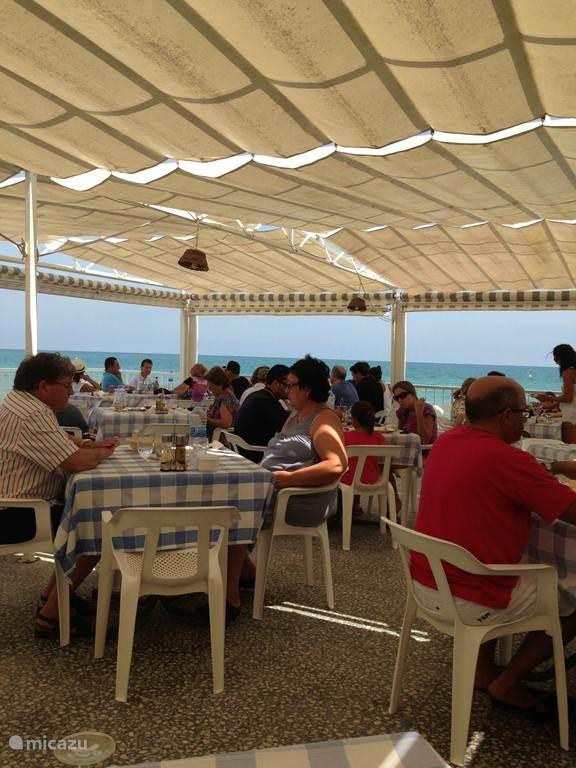 Heerlijk aan zee in de schaduw lunchen bij La Galicia in La Marina.