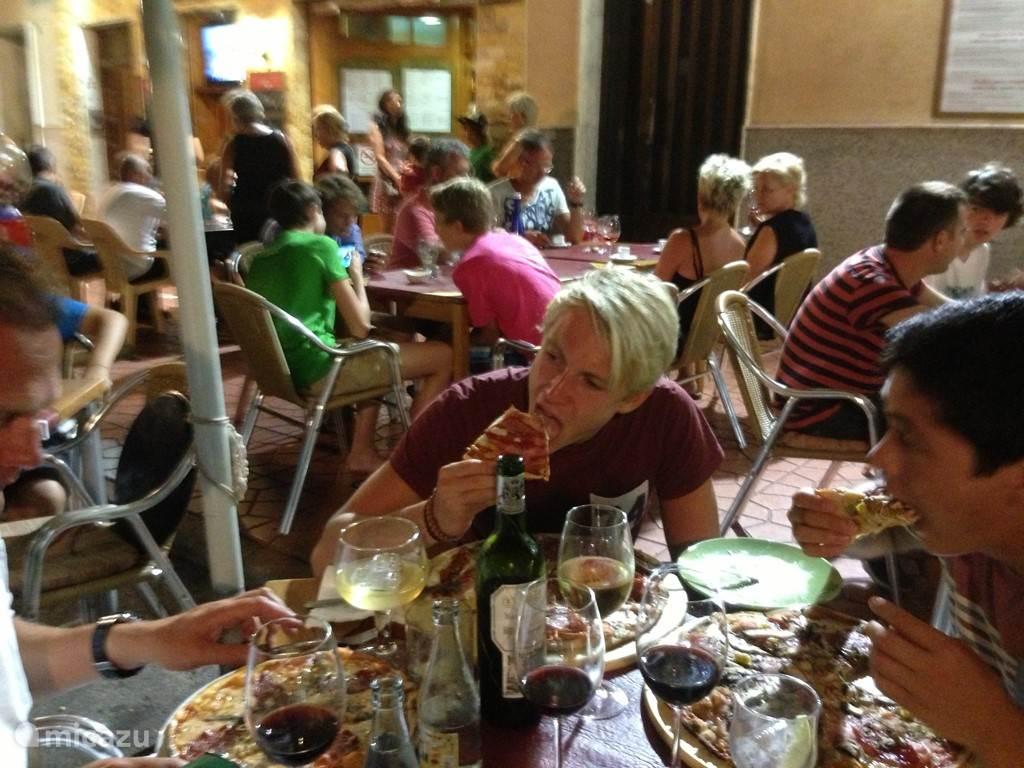 Heerlijk, voor onvoorstelbaar lage prijzen, eten bij 1 van de vele terrassen in het gezellige Guardamar.