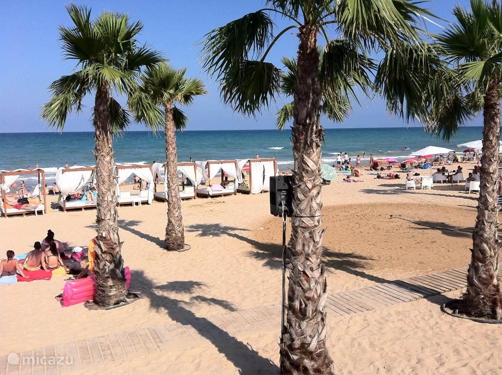 Het strand van Alicante; uniek gelegen in de stad.