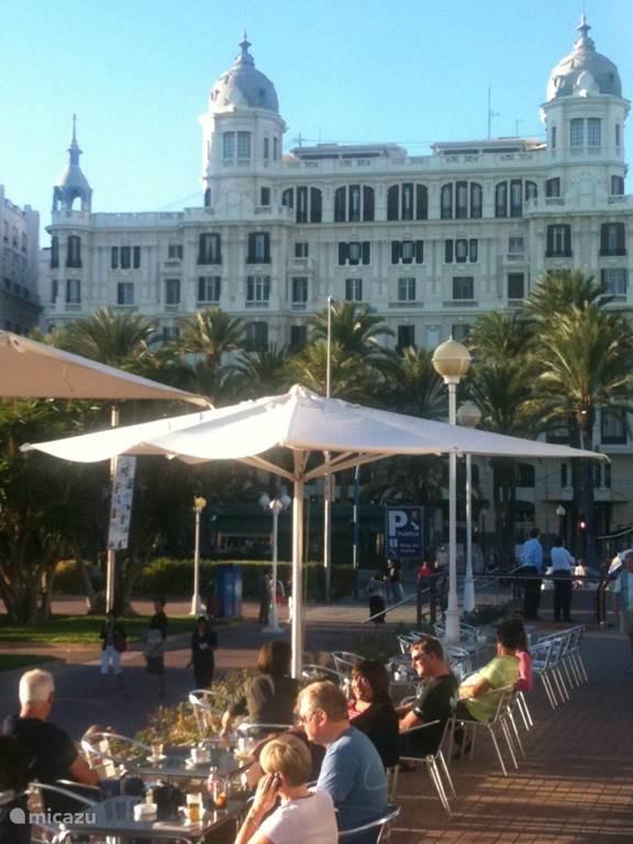 Lunchen in de schaduw van de monumentale gebouwen bij de boulevard van Alicante.