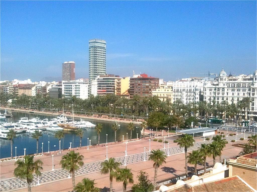 De jachthaven bij de boulevard en het strand van Alicante.