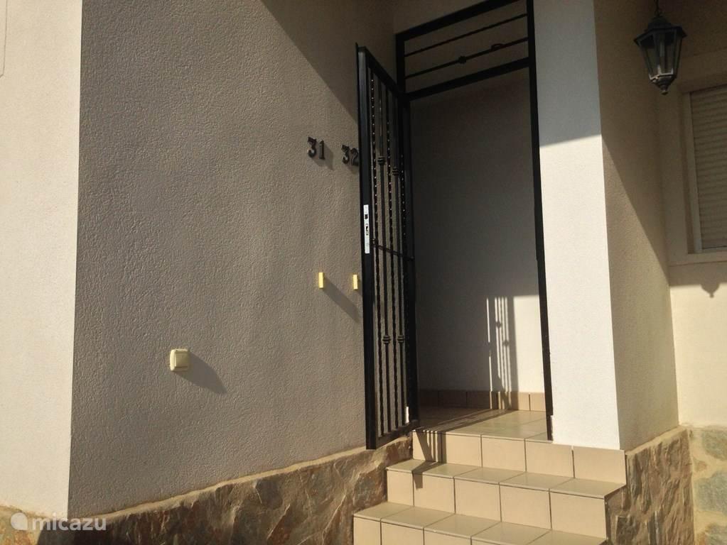 Het afsluitbare hek voor beide appartementen.
