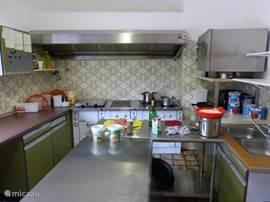 Keuken die van alle gemakken is voorzien
