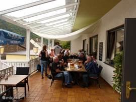 Overdekt terras waar u heerlijk kunt genieten van uw ontbijt, diner of een heerlijk glas moezelwijn.