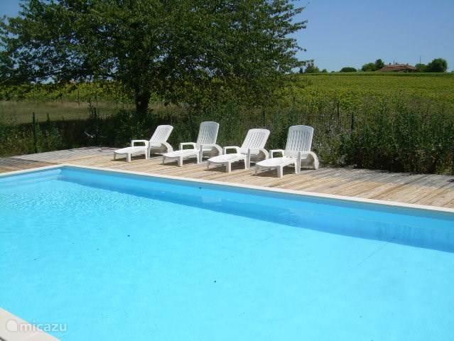 Het zwembad met ligstoelen bevindt zich direct achter Le Fenil
