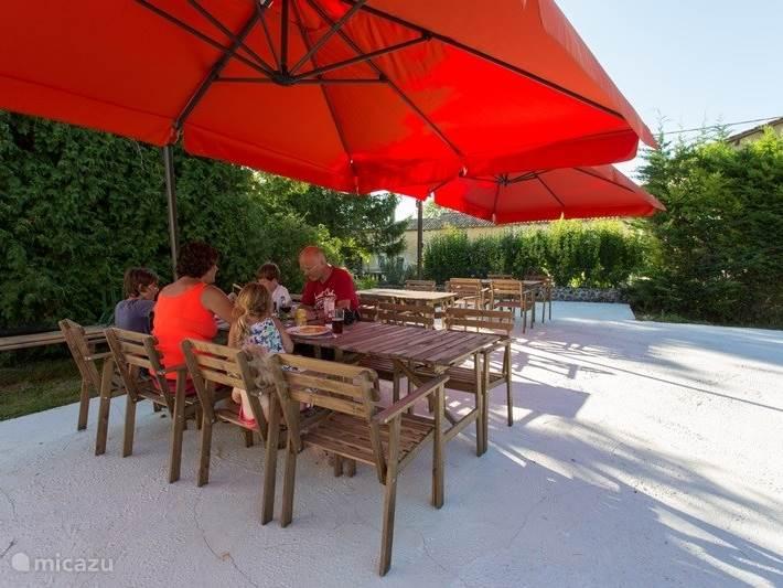 Voldoende zonnige bescherming tegen de zon op het terras, als dat nodig is.