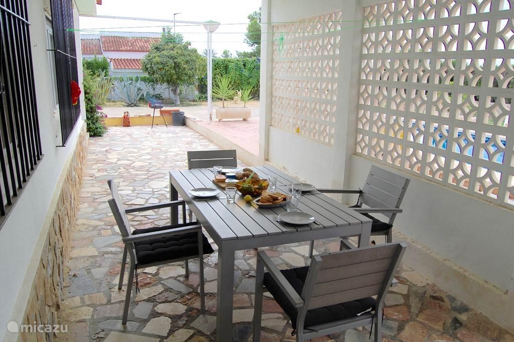 Het terras biedt ruimte om de comfortabele tuinset naar keuze in de zon of in de schaduw te plaatsen.