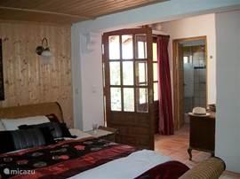 slaapkamer met badkamer en terras