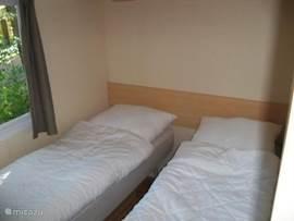 Kinderslaapkamer met twee eenpersoonsbedden afm 70 x 190cm