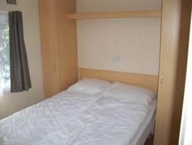 Ouderslaapkamer met tweepersoonsbed afm 200 x 140cm