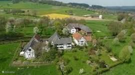 Bovenaanzicht van de intieme buitenplaats in typisch limburgse hofjes en de traditionele vakwerkbouw.
