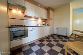 vernieuwde keuken, voorzien van diverse inbouwapparatuur.