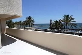 Uitzicht vanaf het balkon en uitzicht over de boulevard van Marbella