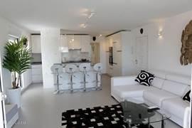 Luxe moderne woonkamer met open keuken