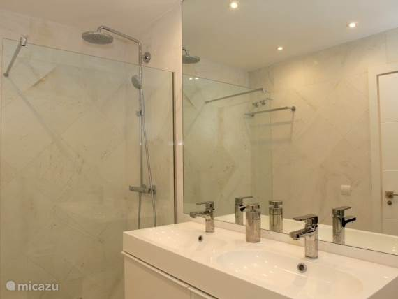 Badkamer 2- douche, toilet en dubbele wastafel