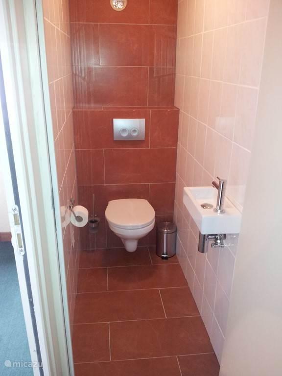 toilet met toiletpapier bij aankomst.