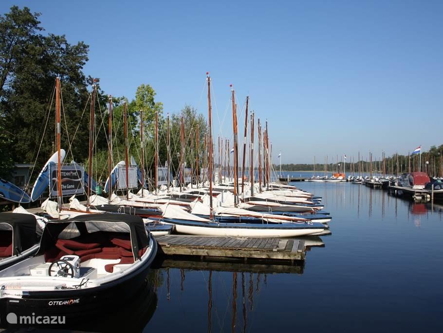 Sloepen, motor-,zeil- en, roeiboten kunt u bij de naastgelegen Jachthaven Ottenhome huren. Vanuit deze haven kunt u alle plassen in de omgeving bereiken, zoals de Loosdrechtse Plassen, De Kortenhoefse Plassen, De Wijde Blick en ook de prachtige rivier genaamd De Vecht.