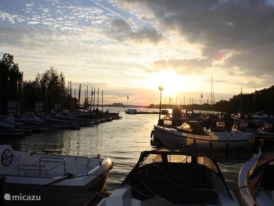 Zonsondergang bij de naastgelegen Jachthaven Ottenhome.